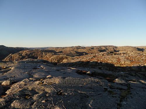 Nordover ser ein i det fjerne Skaulen, Napen og Såta i v. bildehalvdel. Snønuten er skjult.