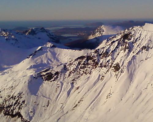 Fra toppen av Råna er det utsikt til Ålesund midt i bildet.