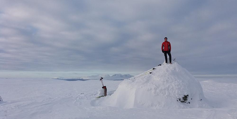 Kristine på Kampflåhøga, med Sølen bak