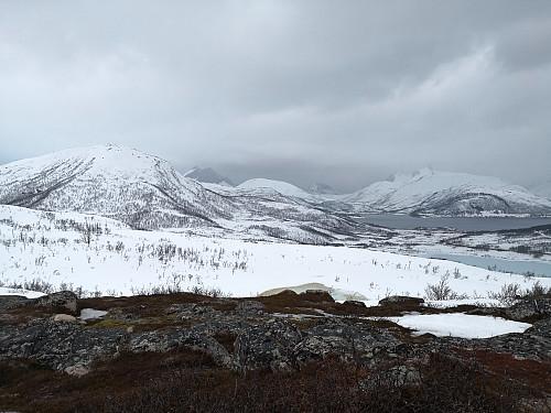 Utsikt frå toppen; frå venstre ser ein Bukken, Breidtinden, Reinen, Barden, Grytetippen, Keipen og Skarelvfjellet