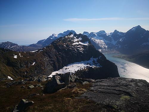 Blekktinden foran Stjerntinden frå Digertinden, Stortinden til høgre.