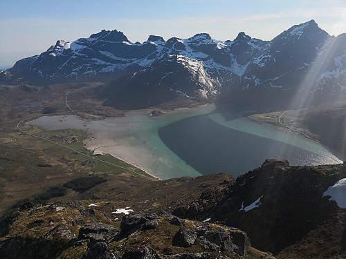 Ned mot Flakstadpollen. Toppene bak fra venstre: Stjerntinden, Bjørntinden, Sautinden, Stabben og Stortinden