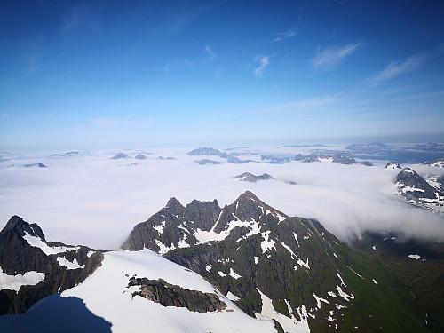 Utsikt frå Møysalen; tåkehavet vestover, Reinspælen i Kvæfjord høgaste topp i bilde