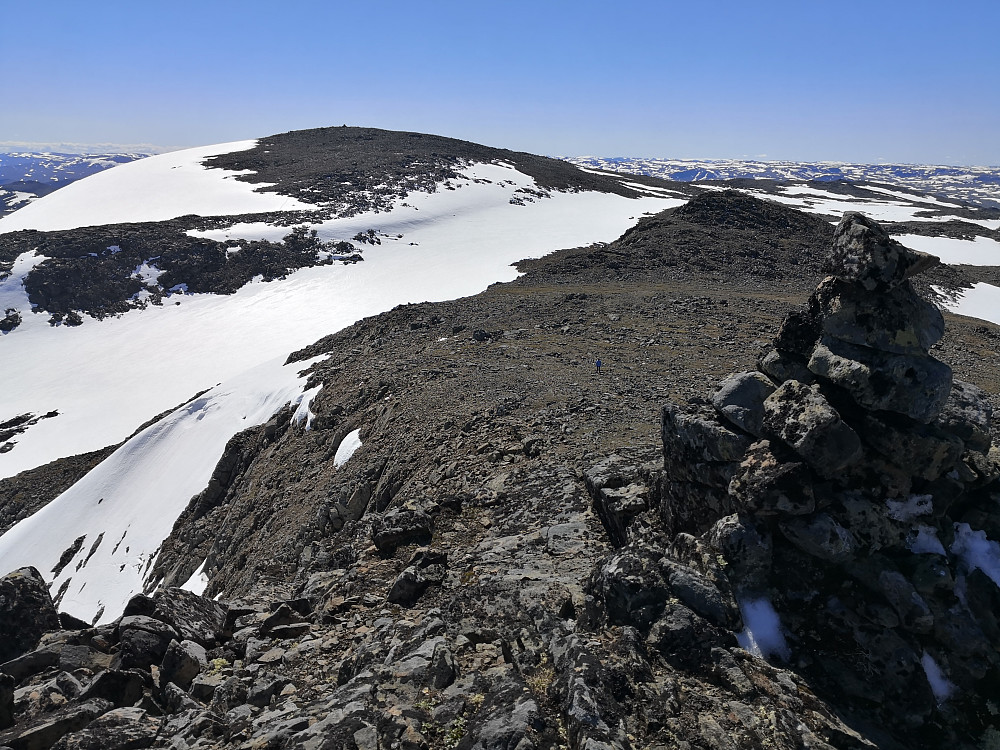 Frå toppvarden på Nordtoppen mot Høgeloft. Kristine på veg oppover midt i bilde