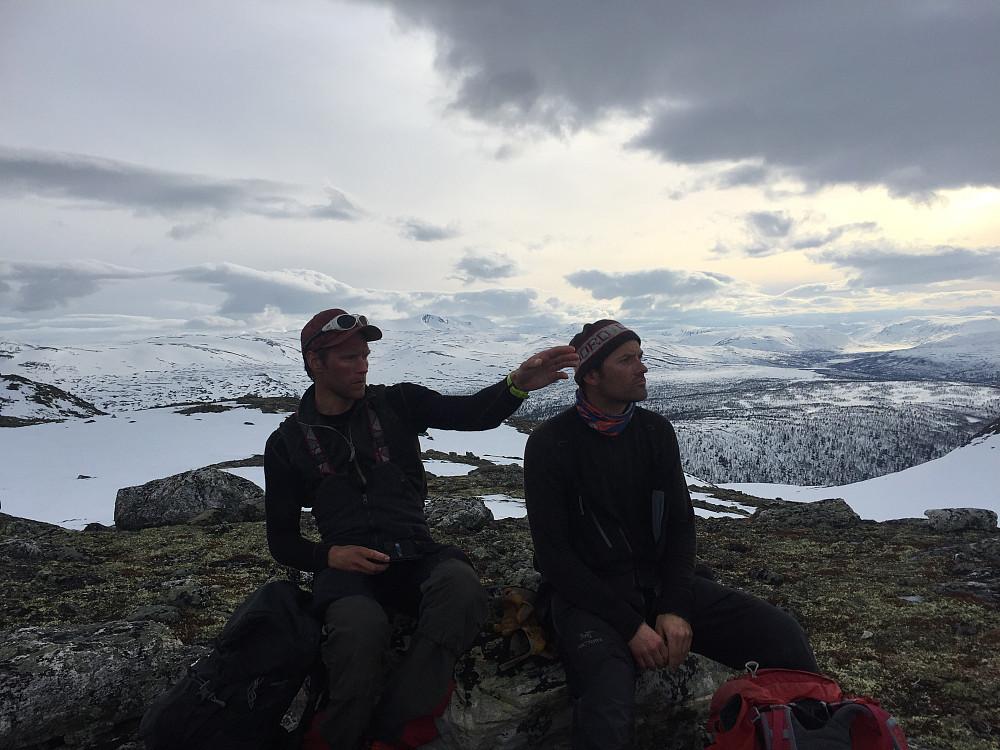 på Nordøst for Synstålkyrkja diskuteres toppene rundt.