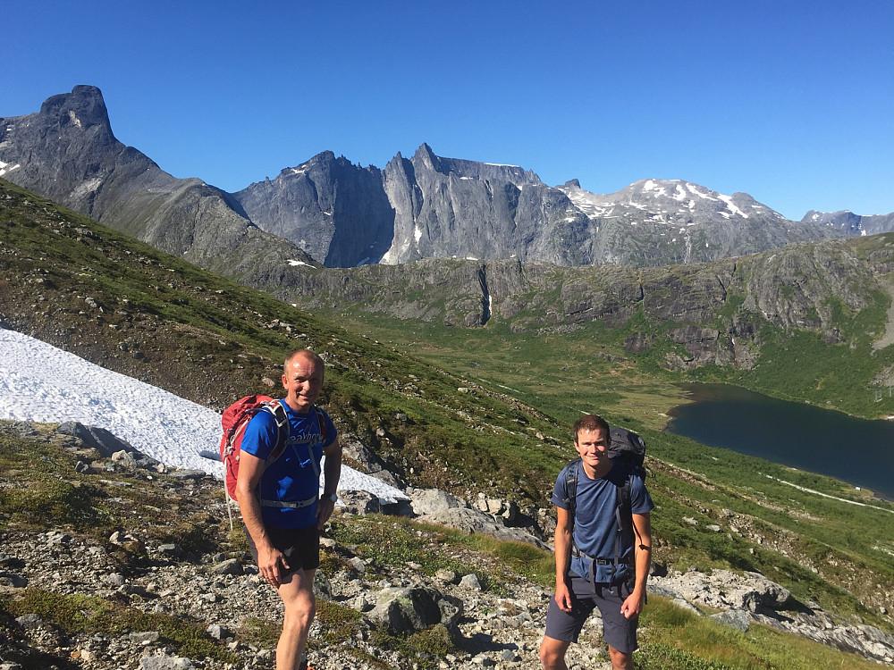 Jørn og Christian med storslåtte fjell i bakgrunnen.