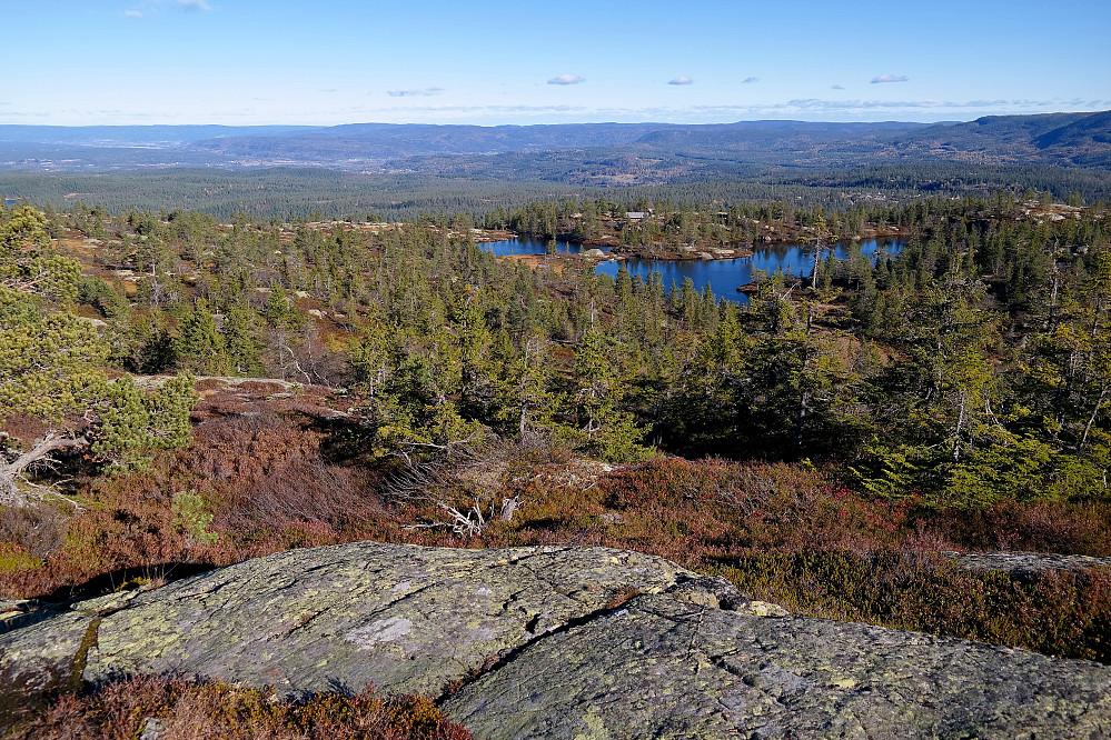 Vi er litt nord for toppen av Sveinsbuvarden (746) og ser ned mot Sveinsbu, som kan ses på andre siden av de to vannene på bildet.