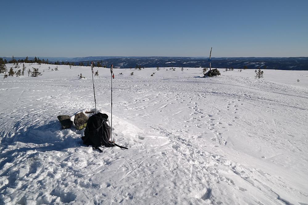 På Stølefjell (750). Den oppkjørte skiløypa går mellom sekken min og varden bak til høyre.