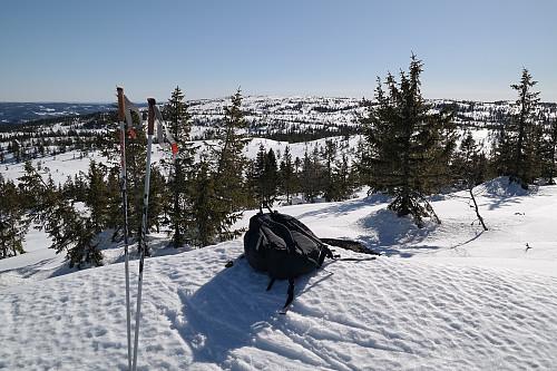 Sekken min på toppen av Stølefjellet Nord (742). I bakgrunnen midt i bildet ses Stølefjell (750).