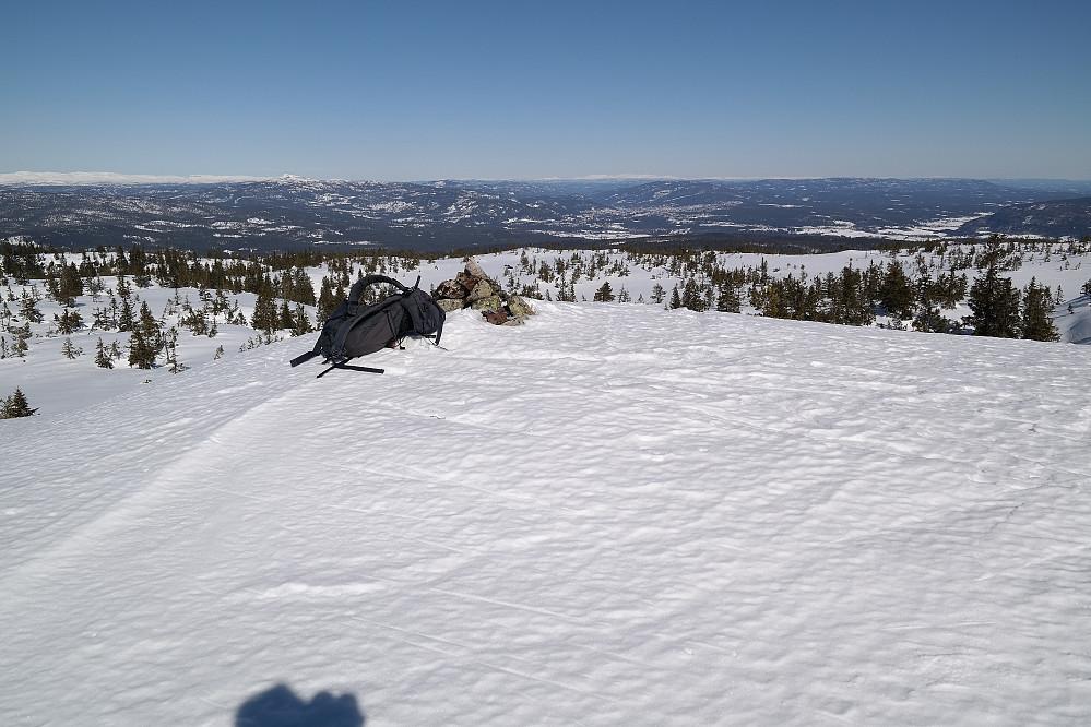 Sekken min ved toppvarden på Evjuseterfjellet trig.punkt (758). Nedi dalsøkket i bakgrunnen, litt til høyre for varden, ses Kongsberg.