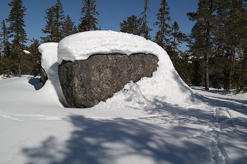 Denne todelte kampesteinen er trolig aller høyeste punkt på Nord for Støleseter (650). Jeg klatret opp via snøen som går helt opp til høyre på steinen.