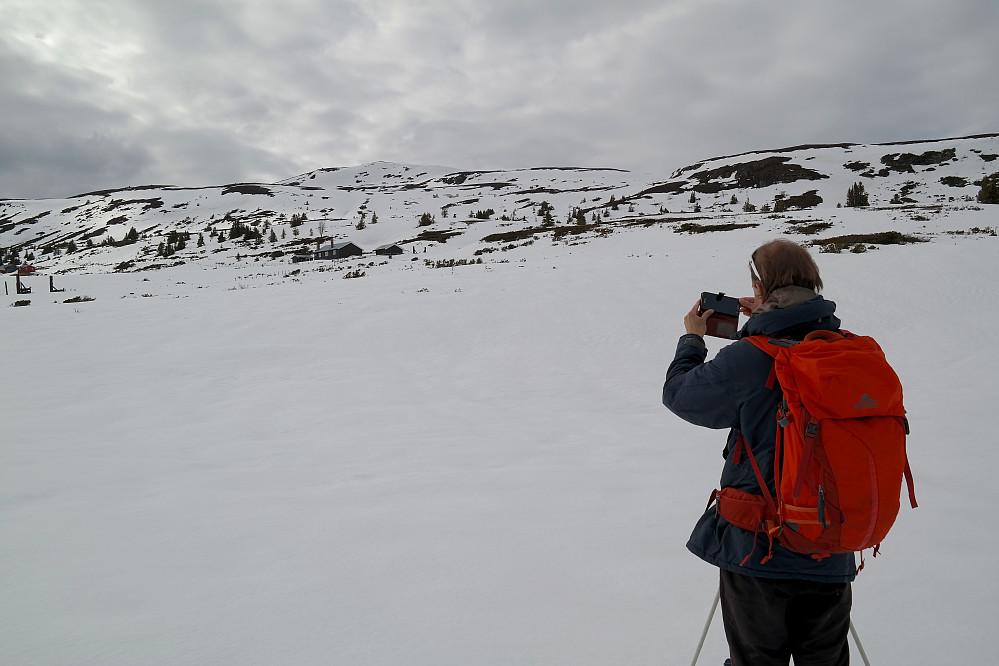 Vi ser oppover mot Nystølvarden (1295). Den ene av hyttene på Nystølen ses nokså rett under toppen.
