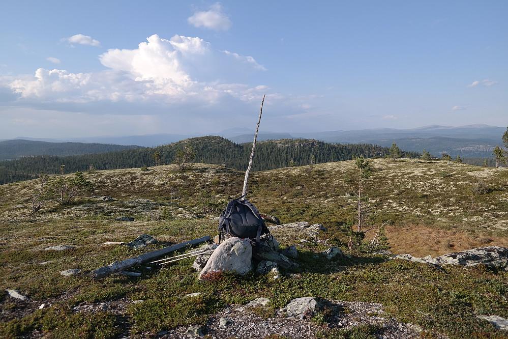 På toppen av Sørhovden (870). I bakgrunnen nokså midt i bildet er Nordhovden (865). Langt bak i det fjerne, like til venstre for pinnen i toppvarden, skimtes Sølen (1755).