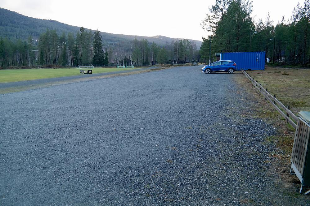 Den store parkeringsplassen ved idrettsanlegget i Jondalen.