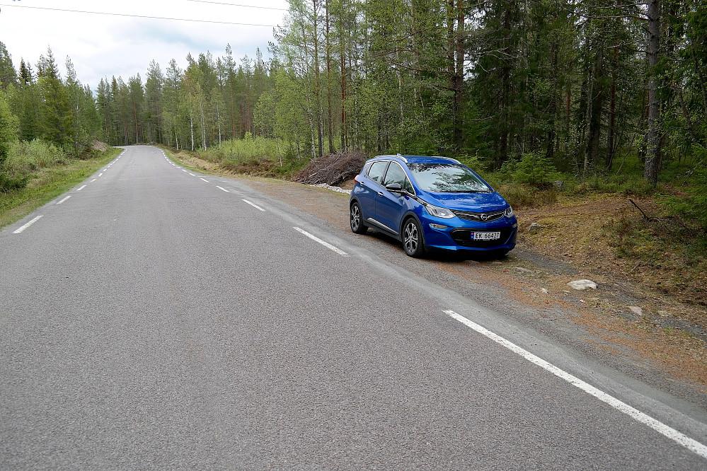 Parkering langs fylkesvei 23 rett nord for Kampen (584).