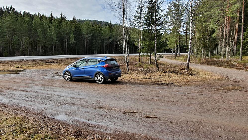 Parkering i en lomme i dette krysset, litt nordøst for Lemlia. Jeg startet gåturen på grusveien som forsvinner innover i bildet til høyre.