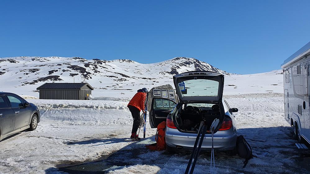 På parkeringsplassen ved sørenden av Eldrevatnet. Ruta vår gikk mot sadelen rett over Øyvind.
