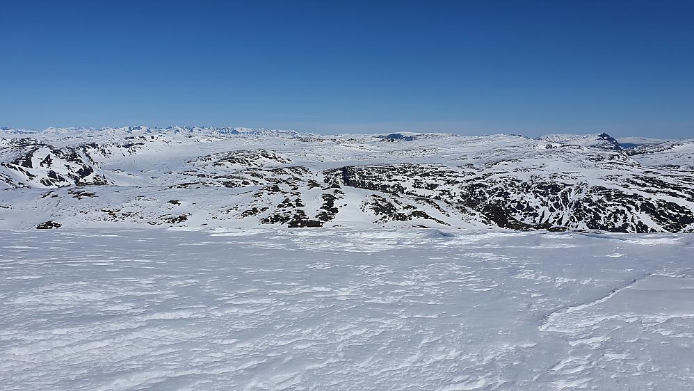 Utsikt mot nordøst fra Vesle Jukleeggi. Jotunheimen ses langt bak til venstre.