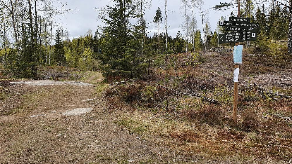 På Amundsbråtan er det skiltet til flere steder. Kun 1.6 kilometer til Vardehøgda (360) herfra.