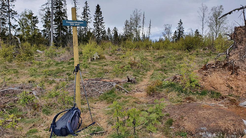 Ca 30 meter fra selve toppunktet på Kopperudtoppen (313) står dette skiltet.