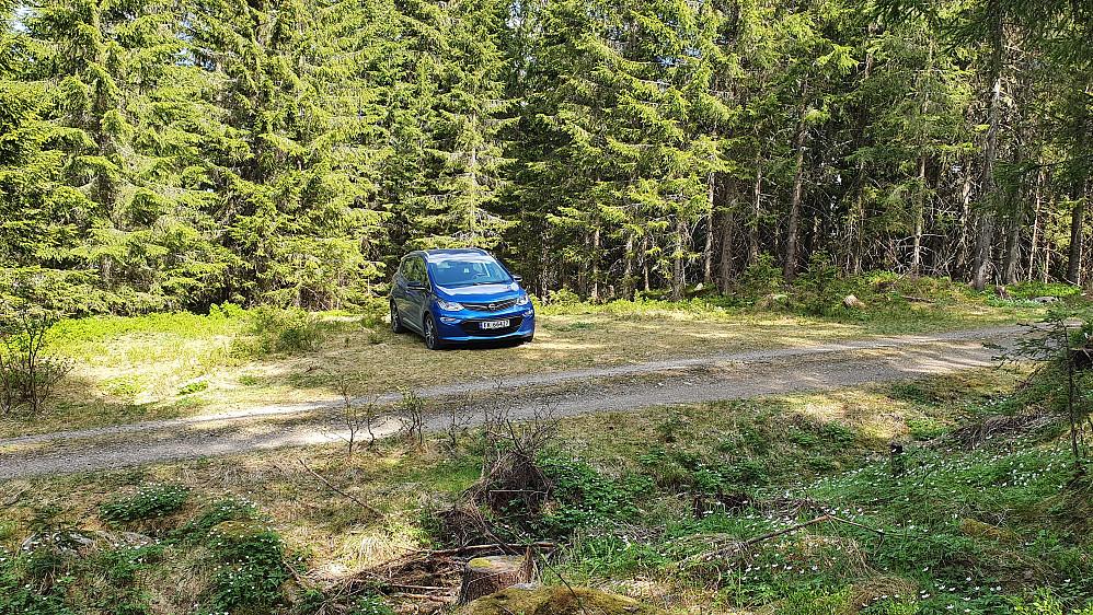 Parkeringslomma litt ovenfor Øverby hvor skogsbilveien svinger sørover.