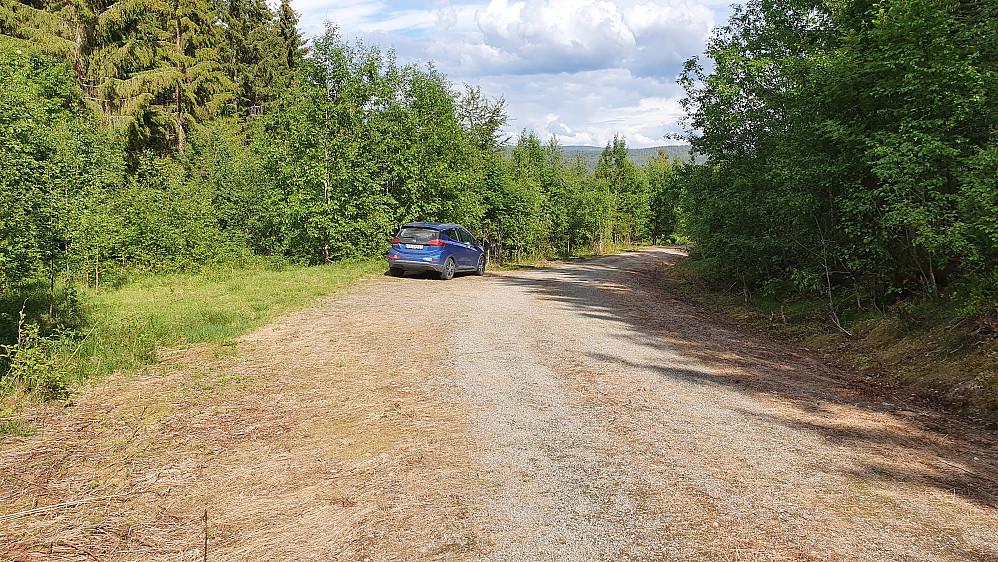 Parkeringslomma langs skogsbilveien som går like sør for Engebråtan.