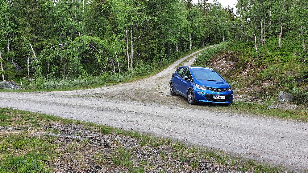 Parkering i krysset øst for Langelitjønne. Var nok også mulig å sette igjen bilen der jeg står og tar bildet fra. Bak bilen min ses kjettingen som sperrer veien østover.