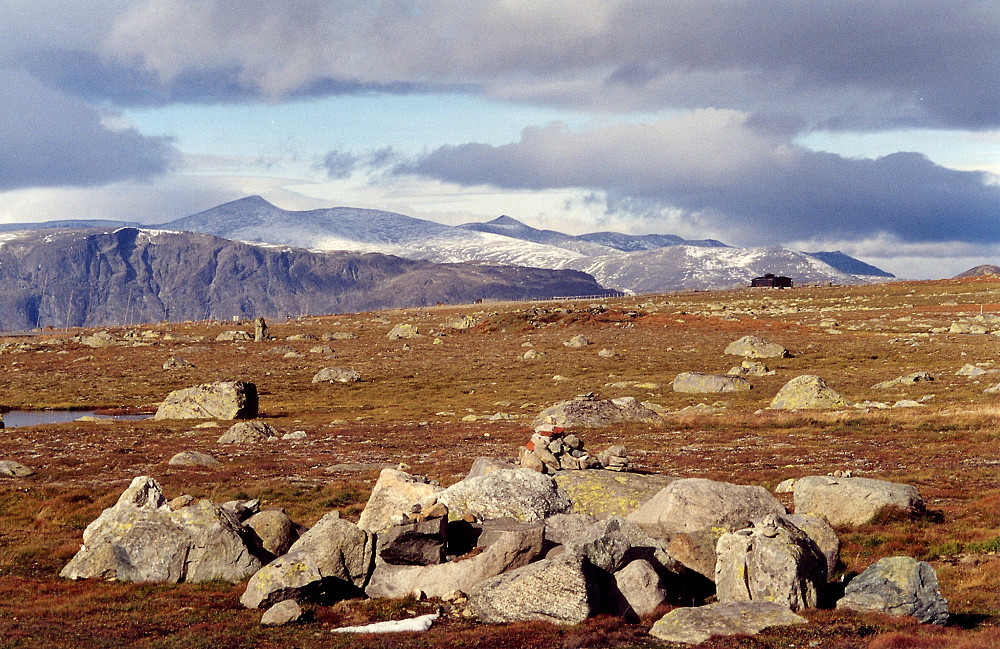 21.09.1997 - På Valdresflye, mot nord. Bak til venstre er Nautgardstinden (2258). Pyramidetoppen midt i bildet er Stornubben (2174).