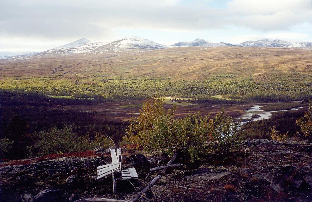 21.09.1997 - På toppen av Pikåthøgde (1002) i Sjodalen, med utsikt mot nordvest. Nedenfor renner elva Sjoa. Bak til venstre ses Nautgardstinden (2258).