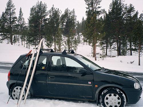 17.04.1999 - Parkeringen langs Rv 51 i Sjodalen. Lett snøvær ved start.