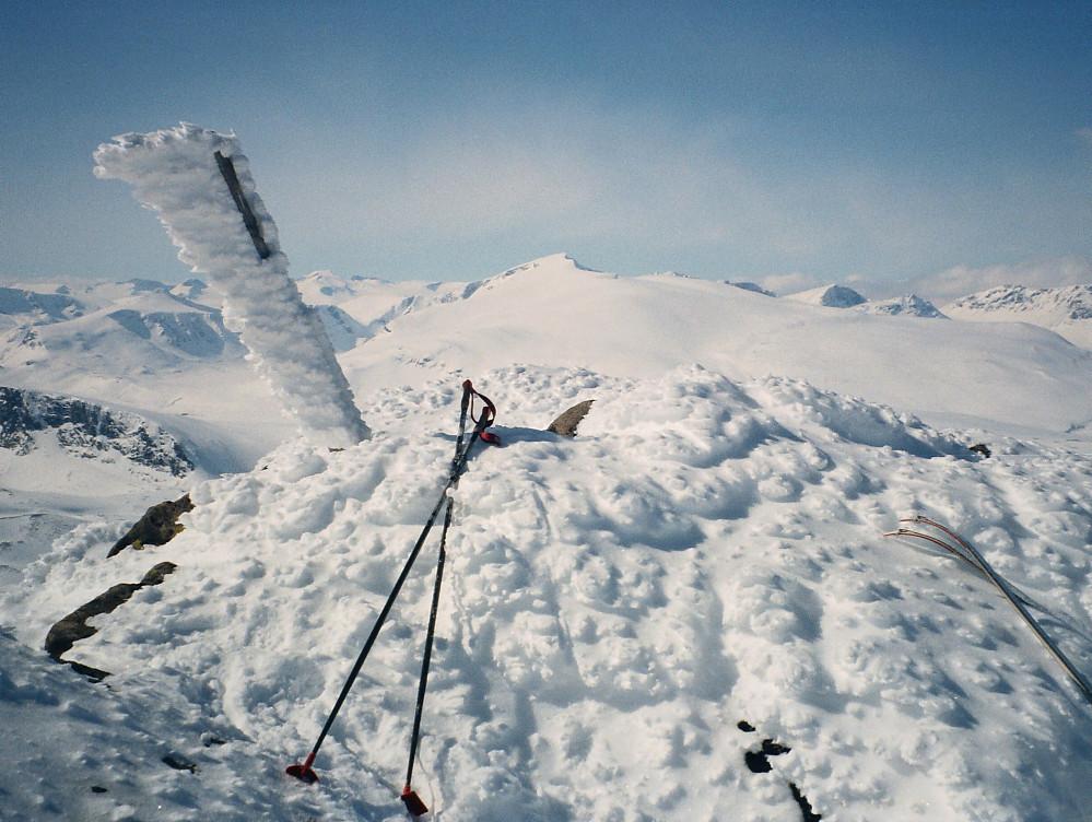 17.04.1999 - På toppen av Stornubben (2174). Glittertinden (2460) ses godt i bakgrunnen.