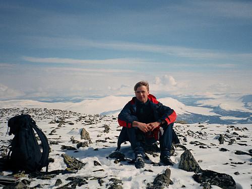 17.04.1999 - På Austnubben (2049) med utsikt mot øst.