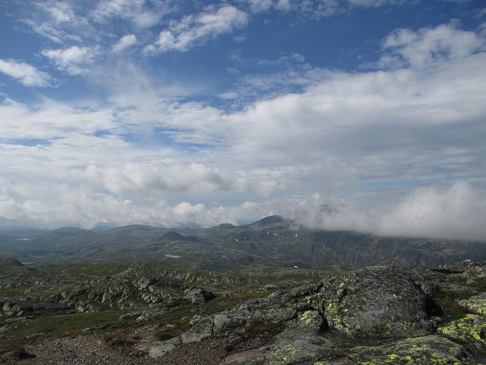 Utsikt fra Ørnenipa mot tåkelagt Gaustatoppen