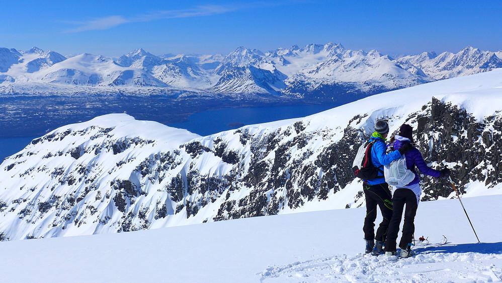 Petter og Elise på toppen. Ryggen vi fulgte i bakgrunnen.