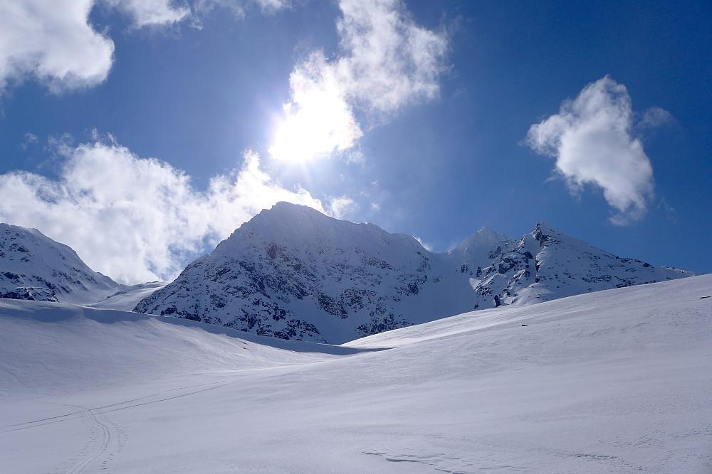 Fra ryggen ser man opp mot renna og fjelltoppen til venstre for skaret