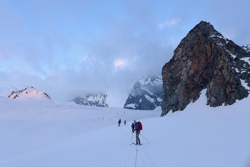På vei sørover Allalinbreen, Rimpfischhorn er dekt av tåkeskyer med Strahlhorn til venstre