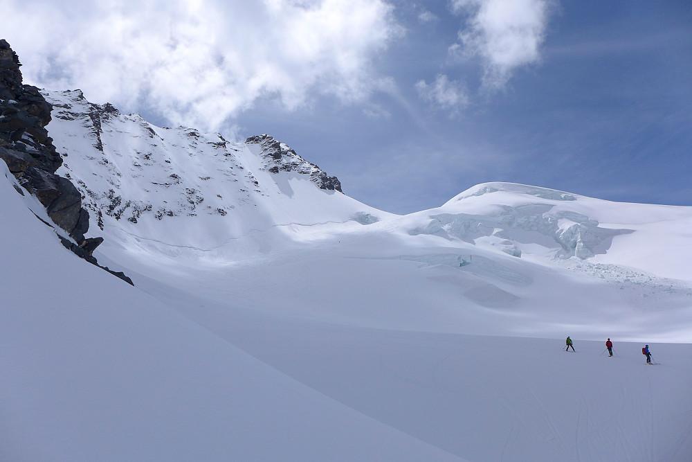 Vestsiden av Rimpfischhorn. Noen folk tok skiene med til toppen!