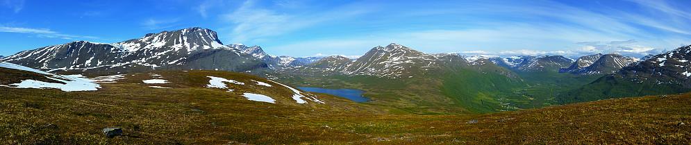 Panorama som viser Storvasstinden (t.v) Storvatnet og Rassevarri (midten) og Sørfjelltinden i enden av dalen