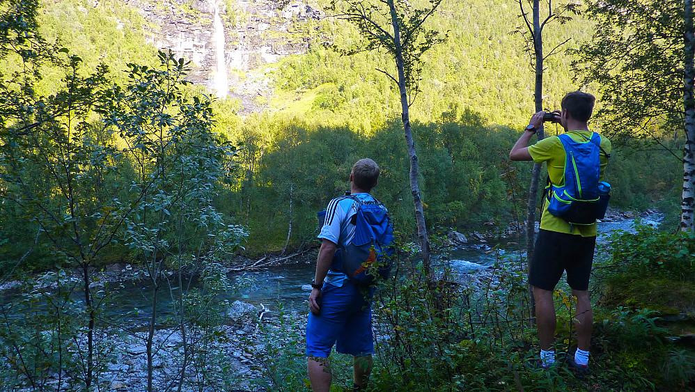 Turister sjekker ut Markusfossen i Stordalen