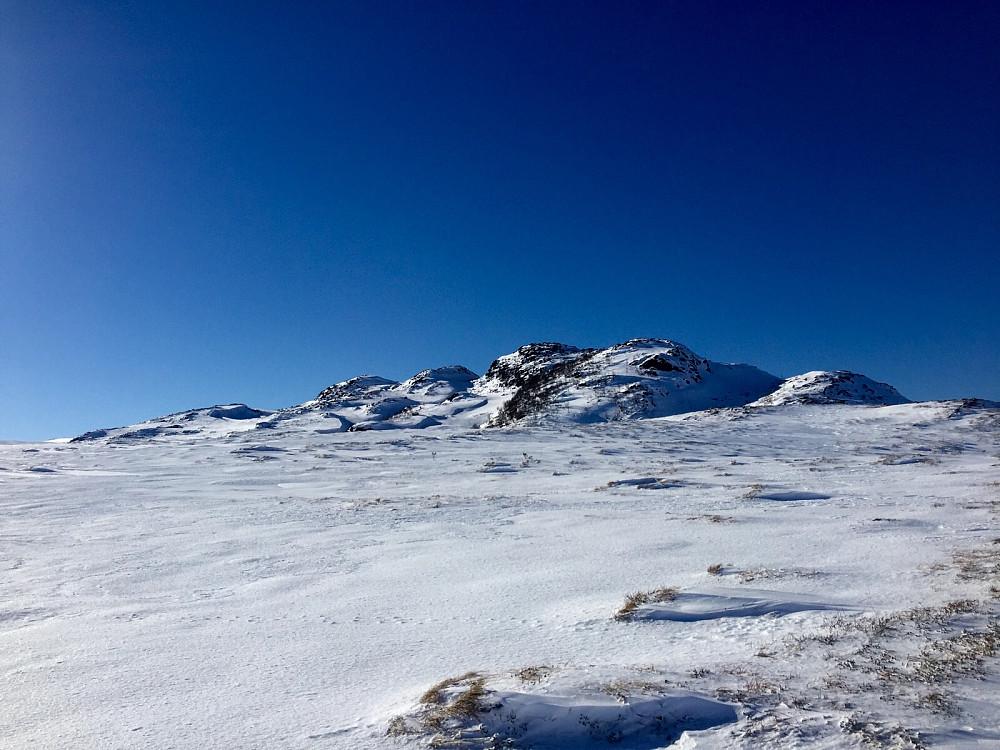 Ryggen mot Giskemonibba, litt glissent med snø...