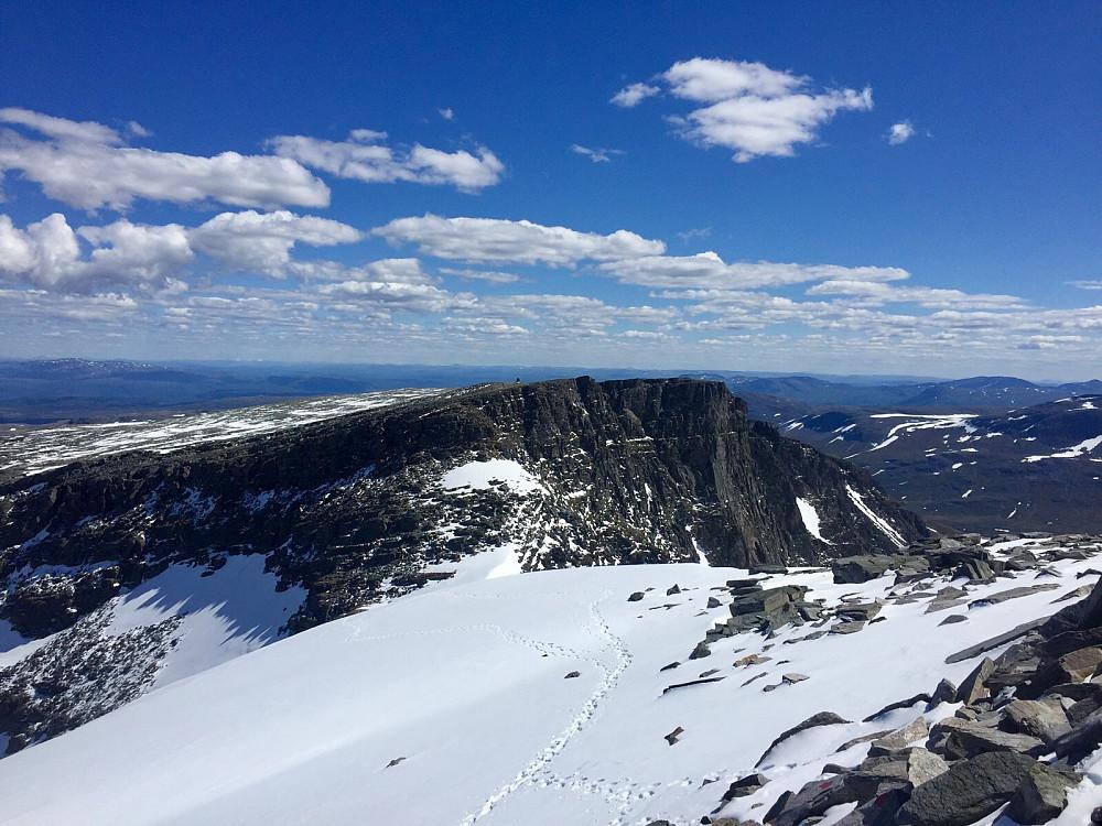 Den laveste av de tre, 1527 moh. Her er jeg på vei via skaret mot Trollhøtta nordtoppen, som er 1596