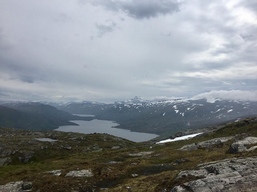 Foldsjøen og Snota stikker fortsatt opp over skyene som siger innover