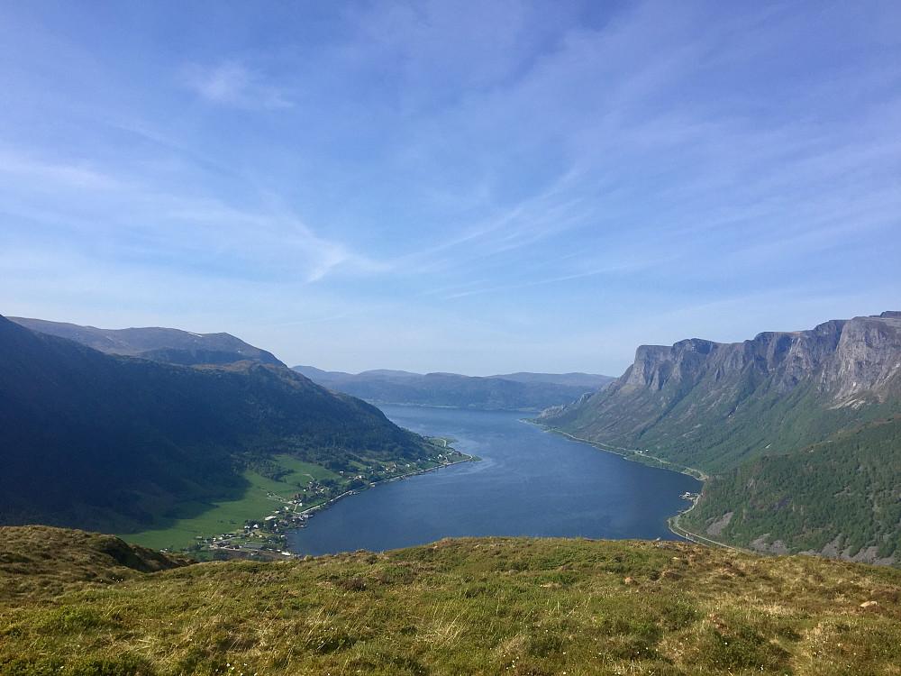 Flott utsikt utover Syvdefjorden fra Taksetnakken