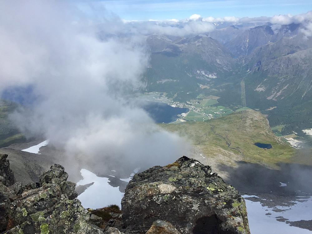 Ser ned mot Innfjorden