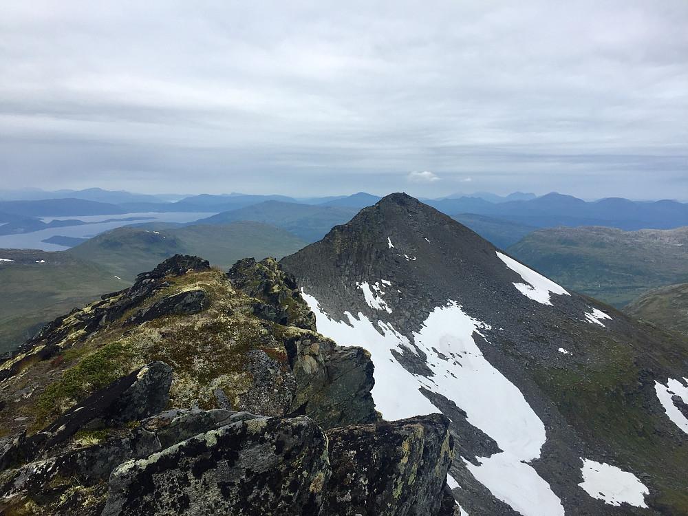 Trollhøtta 1299 og tilbakeblikk mot første toppen på traversen