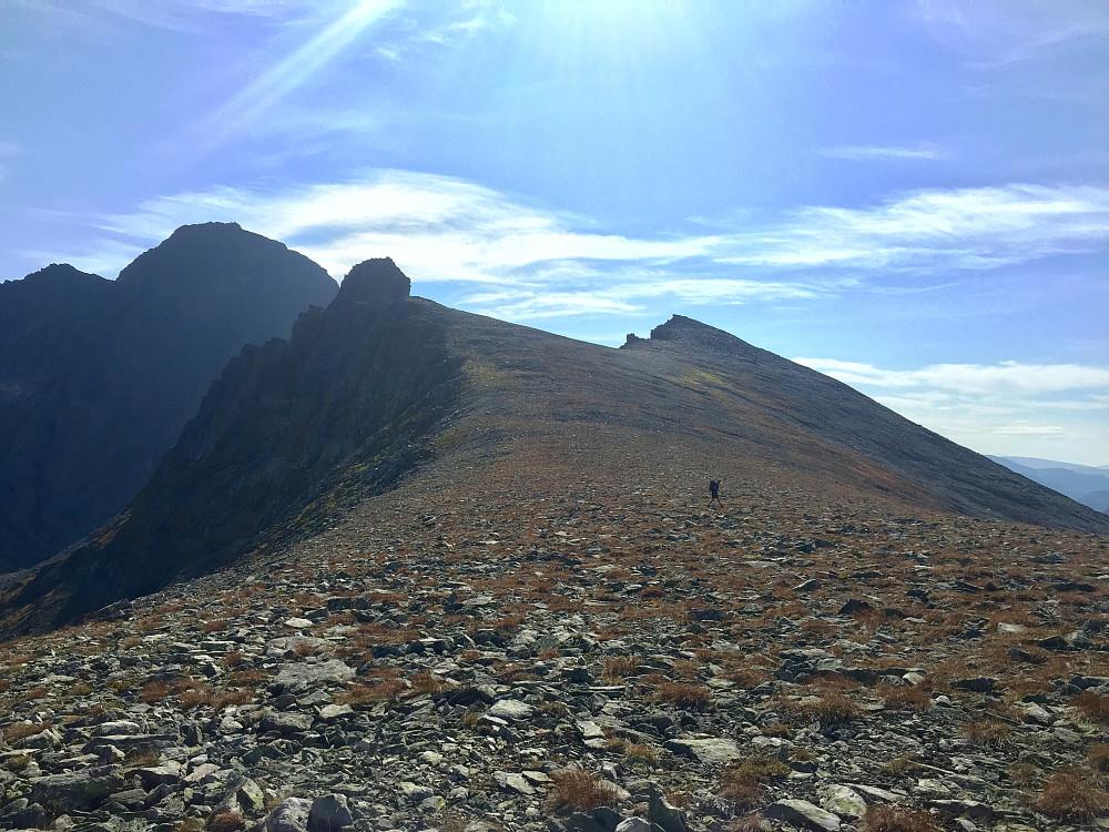 På vei oppover mot Helgehorna, en dobbeltopp ;-) Utfordringen er den høyeste, til venstre