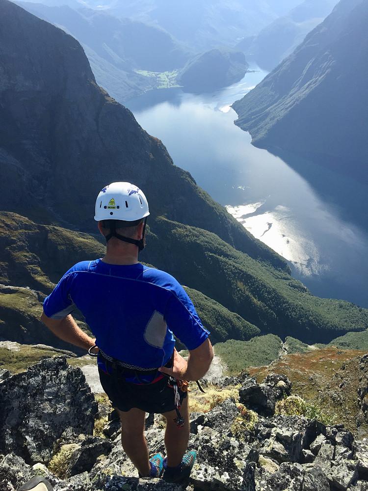 Flott utsikt ned mot Hjørundfjorden inn mot Bjørke