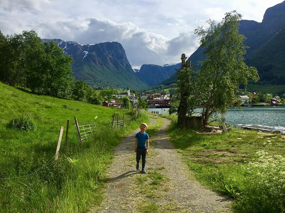 På vei mot naustet og plasking i fjorden og grillkos