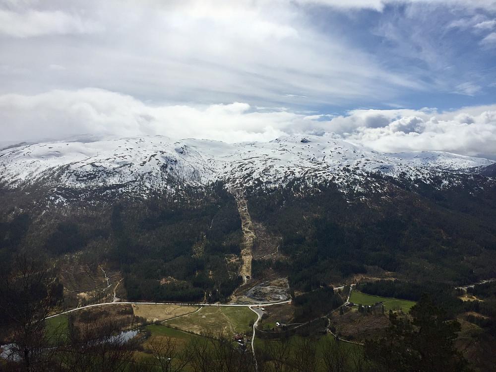 Ser mot skianlegget og dagens tidligere tur som gikk til Florsheia 909