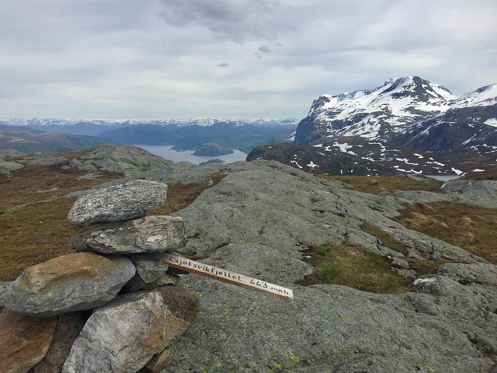 Gjelsvikefjellet med utsikt innover Førdefjorden og majestetiske Blægja